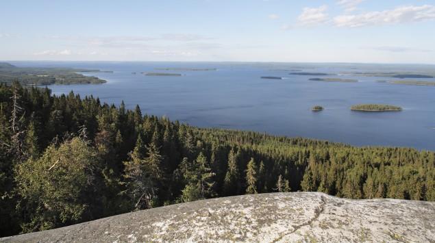 Man sieht eine Seenlandschaft in Finnland.