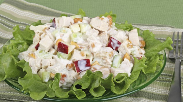 Das Bild zeigt Fleischsalat auf einem Teller.