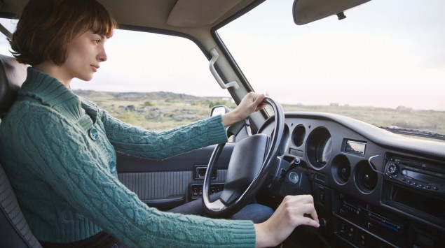 Das Bild zeigt eine Frau, die Auto fährt.