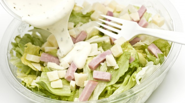 Das Bild zeigt einen Salat mit einem French-Dressing.