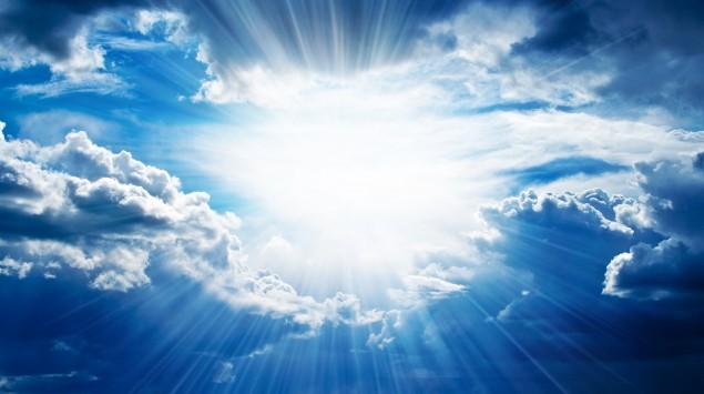 Sonnenstrahlen brechen durch die Wolken.