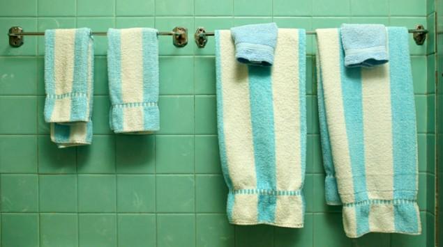 Handtücher hängen auf Handtuchhalter im Bad.