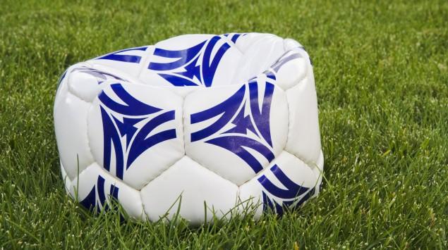 Man sieht einen Fußball ohne Luft.