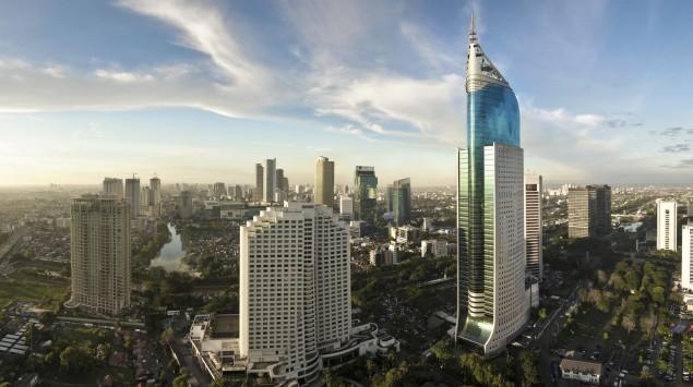 Man sieht die Skyline von Jakarta (Indonesien).