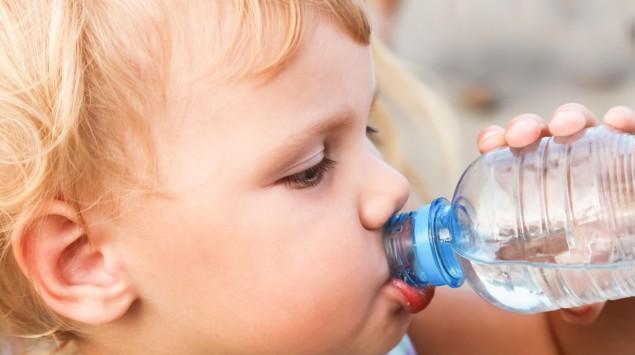 Ein Kleinkind trinkt aus der Flasche.