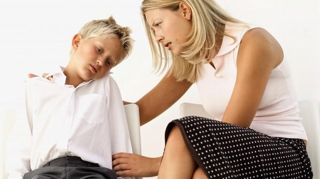 Einen Mutter tröstet ihren Sohn.