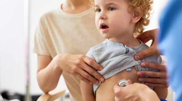 Krankes Kind mit Mutter beim Arzt