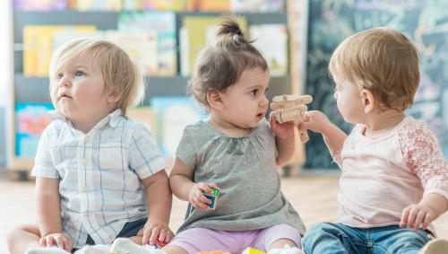 Mehrere Kinder im Kindergarten.