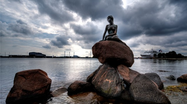 Man sieht das Wahrzeichen von Kopenhagen: die kleine Meerjungfrau.
