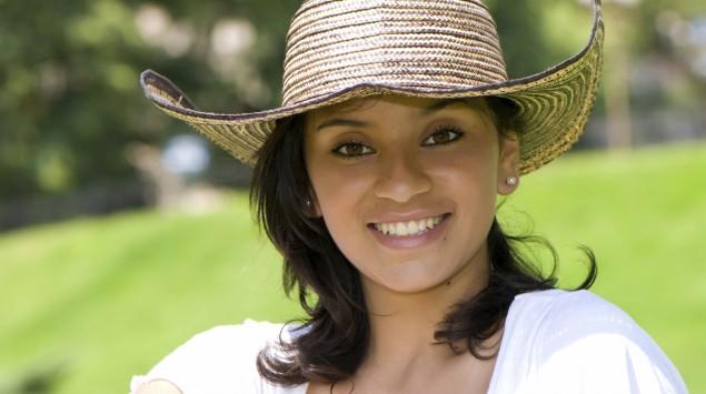Man sieht eine kolumbianische Frau mit Hut.