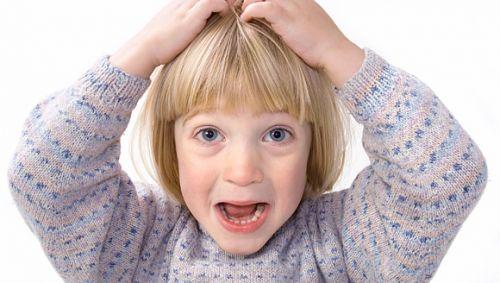 Ein blondes Kind rauft sich die Haare