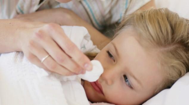 Mutter pflegt krankes Kind.