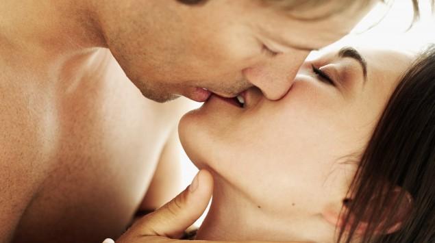 Ein Mann und eine Frau küssen sich.