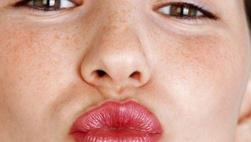 Eine Frau zeigt einen Kussmund.