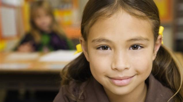 Ein Mädchen in der Schule.