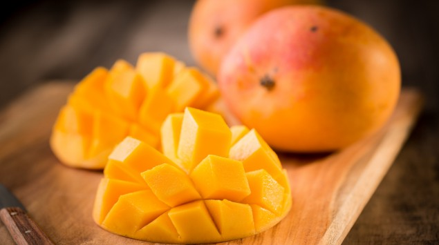 Man sieht eine aufgeschnittene Mango.