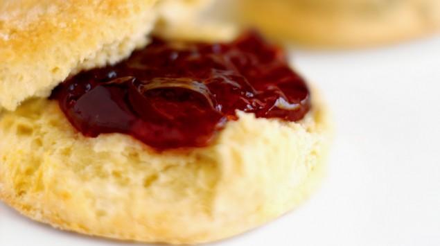 Das Bild zeigt ein normales Brötchen mit Marmelade.