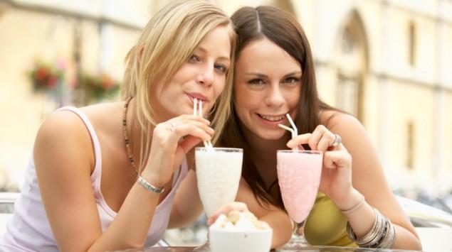 Zwei Frauen trinken Milchshakes