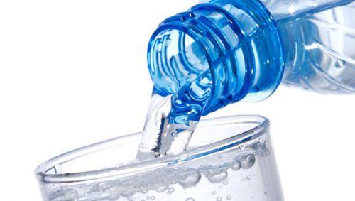 Das Bild zeigt eine Flasche Mineralwasser.