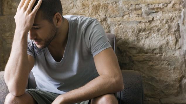 Das Bild zeigt einen niedergeschlagenen Mann.