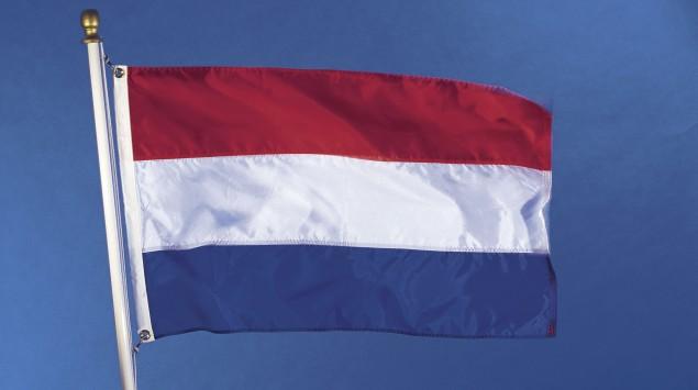 Man sieht die niederländische Flagge.