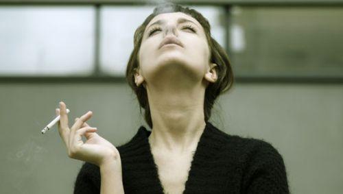 Das Bild zeigt eine Frau, die raucht.