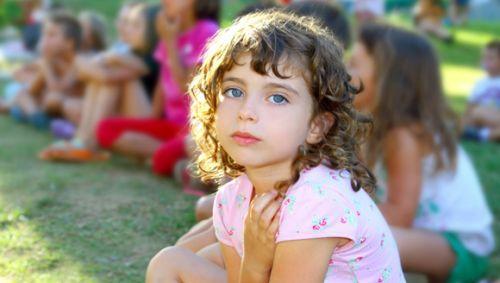 Das Bild zeigt ein junges Mädchen im Park.