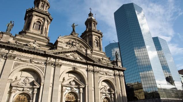 Man sieht die Kathedrale von Santiago de Chile und ein Hochhaus.