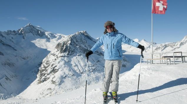 Ein Skifahrer auf einem Berg in der Schweiz.