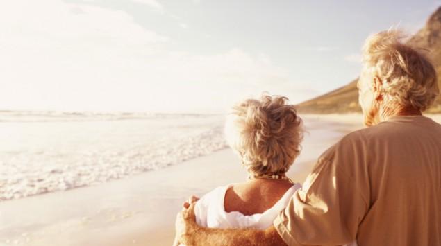 Ein älteres Paar am Strand.
