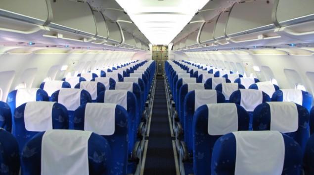Das Bild zeigt Sitze in einem Flugzeug.