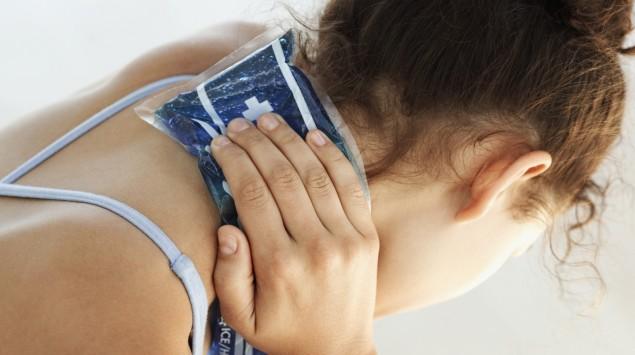 Das Bild zeigt eine Frau, die ihre Schultern kühlt.