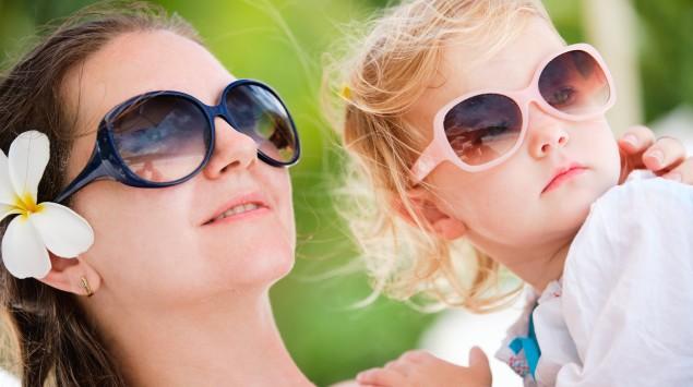Mutter und Tochter tragen eine Sonnenbrille.