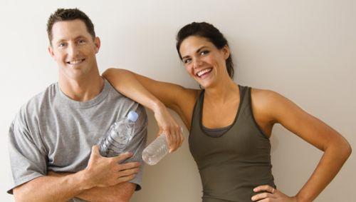 Ein Mann und eine Frau nach dem Sport, glücklich aussehend.