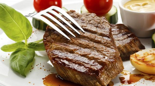 Man sieht ein Steak mit Gemüsebeilage.