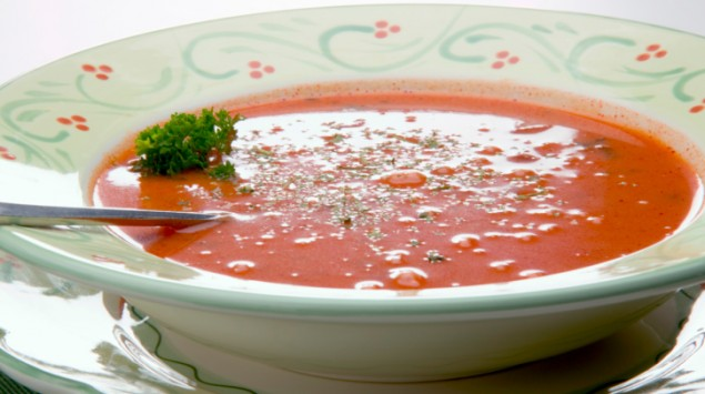 Teller mit roter Suppe
