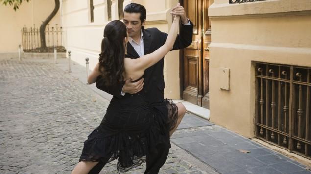 Ein Mann und eine Frau tanzen Tango.