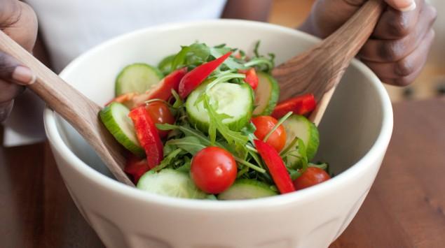 Man sieht eine Schüssel mit Salat.