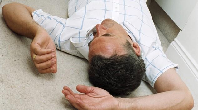 Ein Mann liegt bewusstlos am Boden.