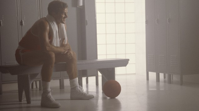 Das Bild zeigt einen Basketballspieler in einer Umkleidekabine.
