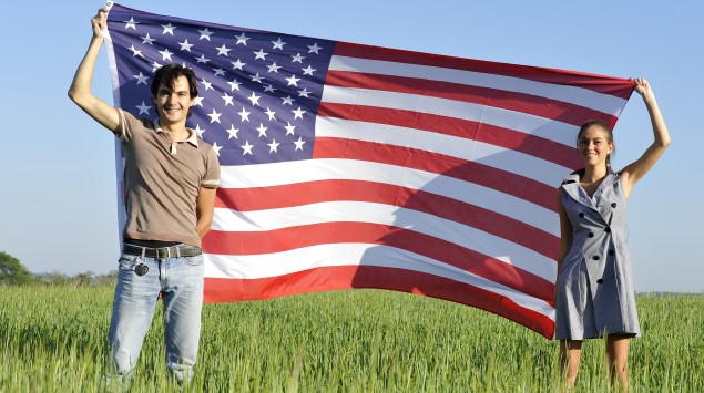 Ein Mann und eine Frau halten die amerikanische Flagge.