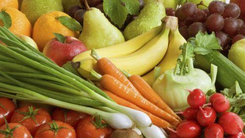 Man sieht Obst und Gemüse.