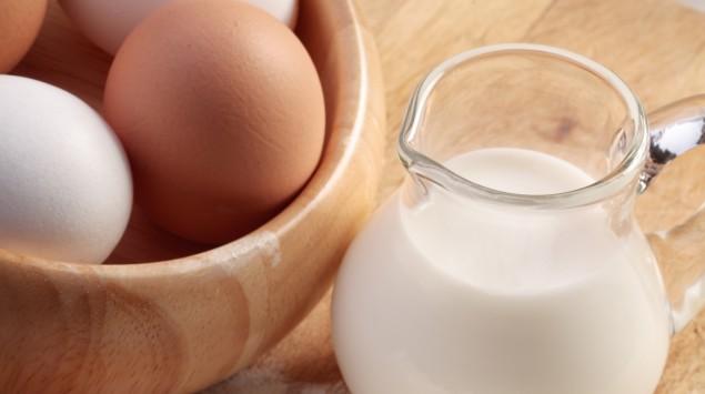 Man sieht Milch und Eier.