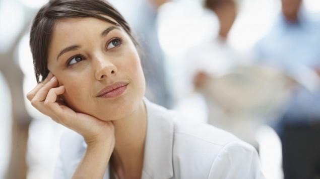 Eine Frau blickt leicht nach oben, sie wirkt nachdenklich..