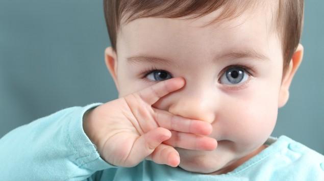 Ein kleines Kind reibt sich die Augen.