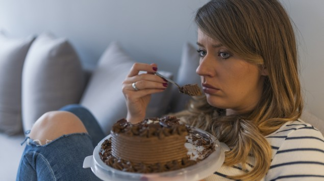 Eine Frau isst Torte.
