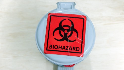 Sicht von oben: Ein Eimer mit einem Biohazard-Aufkleber