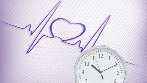 Man sieht eine Herz-Sinuskurve und eine Person, die sich eine Uhr vors Gesicht hält.