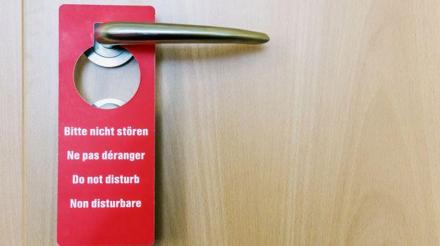 """Hotel-Türschild mit der Aufschrift """"Bitte nicht stören"""""""