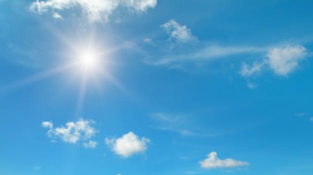 Die Sonne am strahlend blauen Himmel.